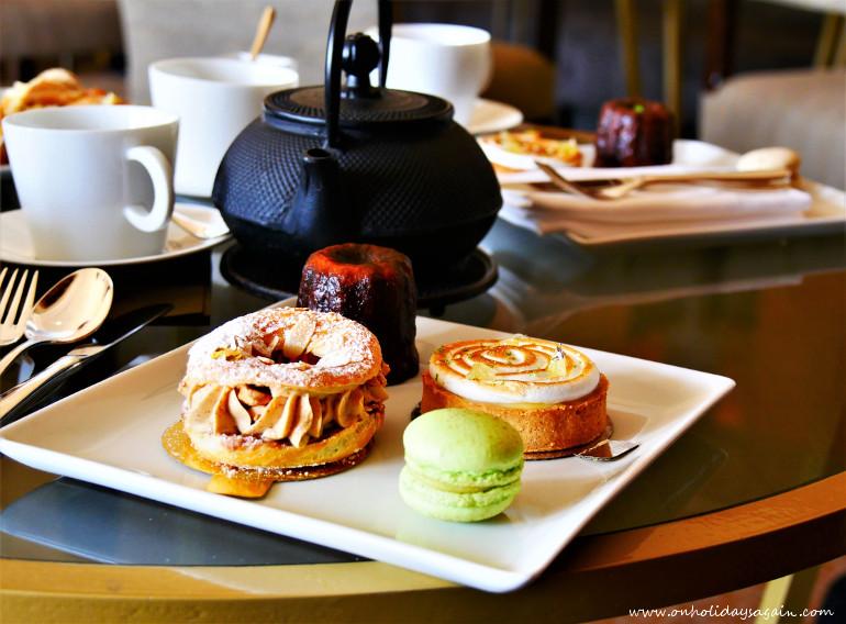 Thé et assiette de pâtisseries de l'afternoon tea à Lausanne au Beau-Rivage