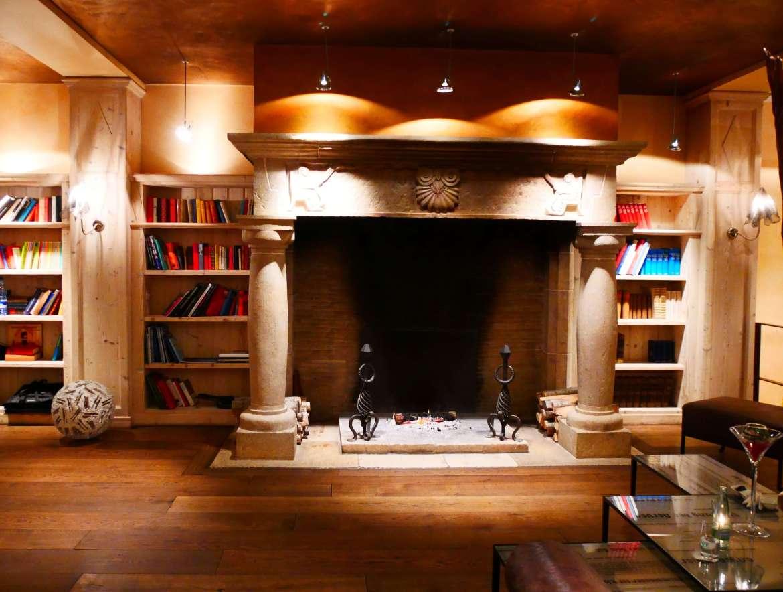 La grande cheminée du bar du Lenkerhof pour un séjour romantique en Suisse