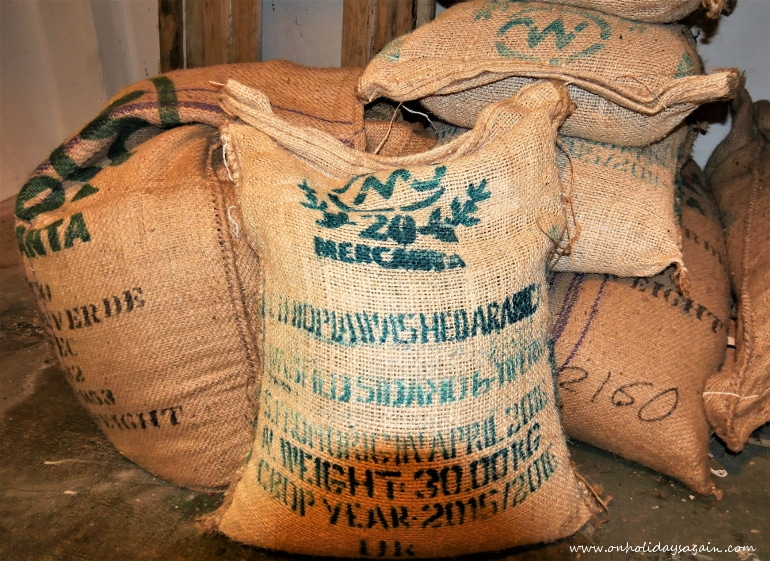 Sacs de grains de café à torréfier au Blackbird Café à Lausanne