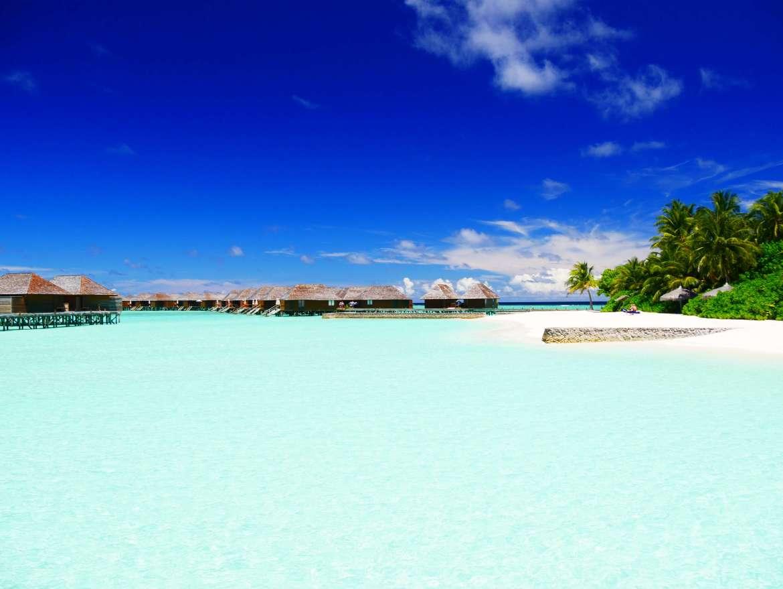 Le lagon et les bungalows sur pilotis de Veligandu aux Maldives
