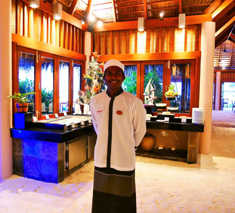 Serveur maldivien au restaurant de Veligandu