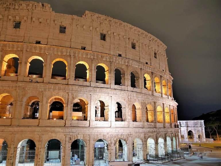 Colisée de nuit pour les amoureux à Rome Italie