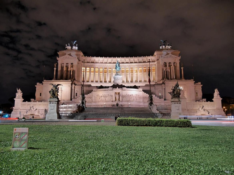 Monument à Victor-Emmanuel II de nuit pour une balade en amoureux à Rome Italie