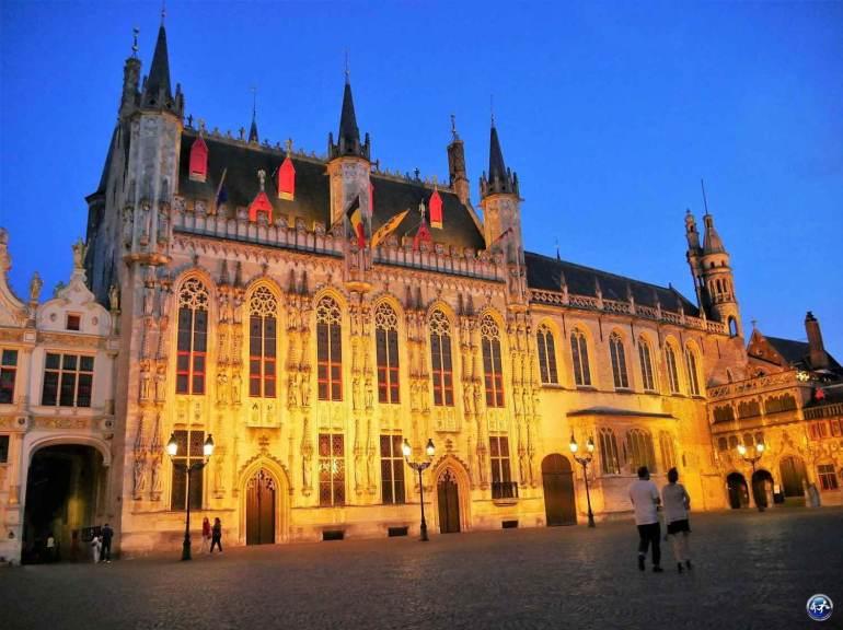 Place Burg de nuit avec Hôtel de Ville week-end à Bruges