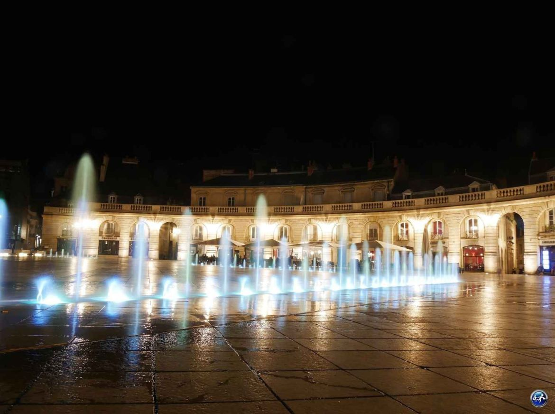 Fontaine de la Place de la Libération de nuit à Dijon