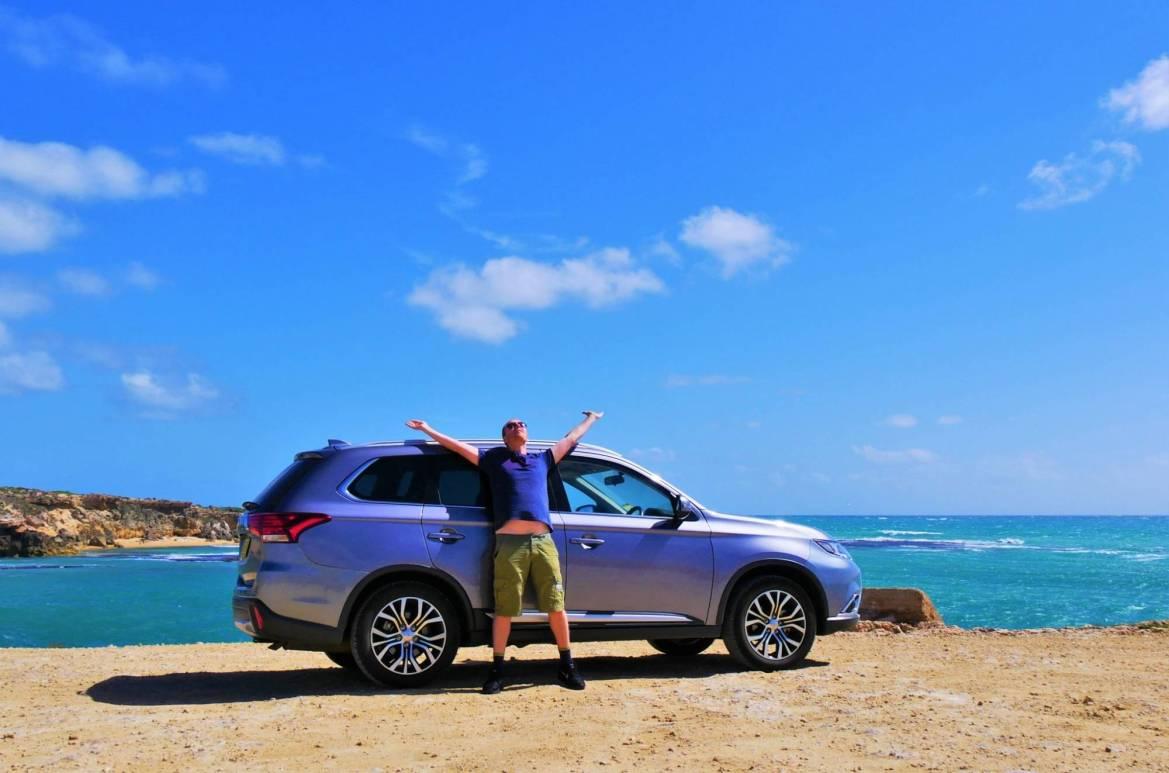 conduire en australie pierre et voiture devant océan Robes sud australie blog voyage suisse cosy on holidays again