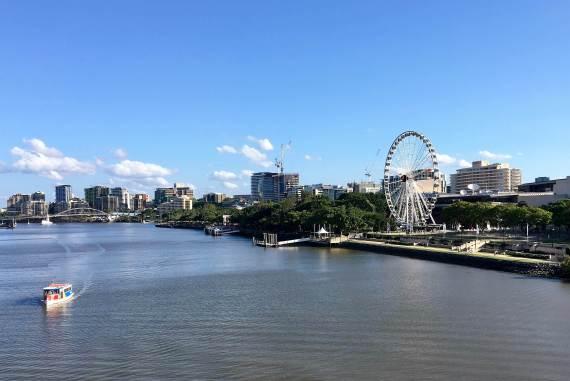 Vue depuis Victoria Bridge sur South Bank et la Grande roue de Brisbane