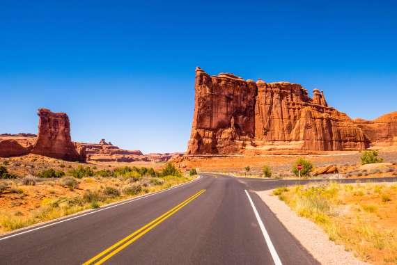 Route dans le parc national des Arches à Moab vue sur la Tower of Babel