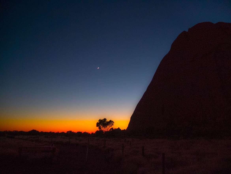 Soleil levant à Uluru sur le base walk