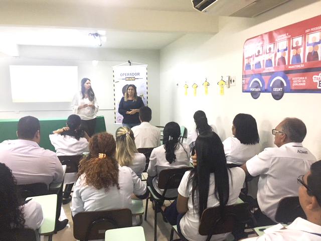 Lorena Dantas e Isabela Maria do RH na reunião que definiu a ação do Dia das Mães