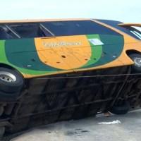 Cinco pessoas morrem e mais de 20 ficam feridas após ônibus tombar em rodovia do oeste da Bahia