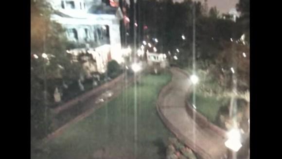 ディズニーランドで幽霊が徘徊する姿を監視カメラが捕らえる!!