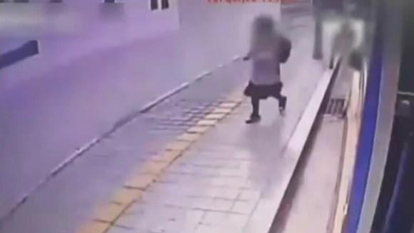 韓国で陥没穴に人が落ちる瞬間を監視カメラが捕らえる!