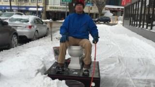除雪も出来る移動式電動トイレが街を駆け回ってるぞ!!