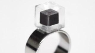 この指輪の黒い部分なんだと思う?中国のアレが固まったものだぞ!