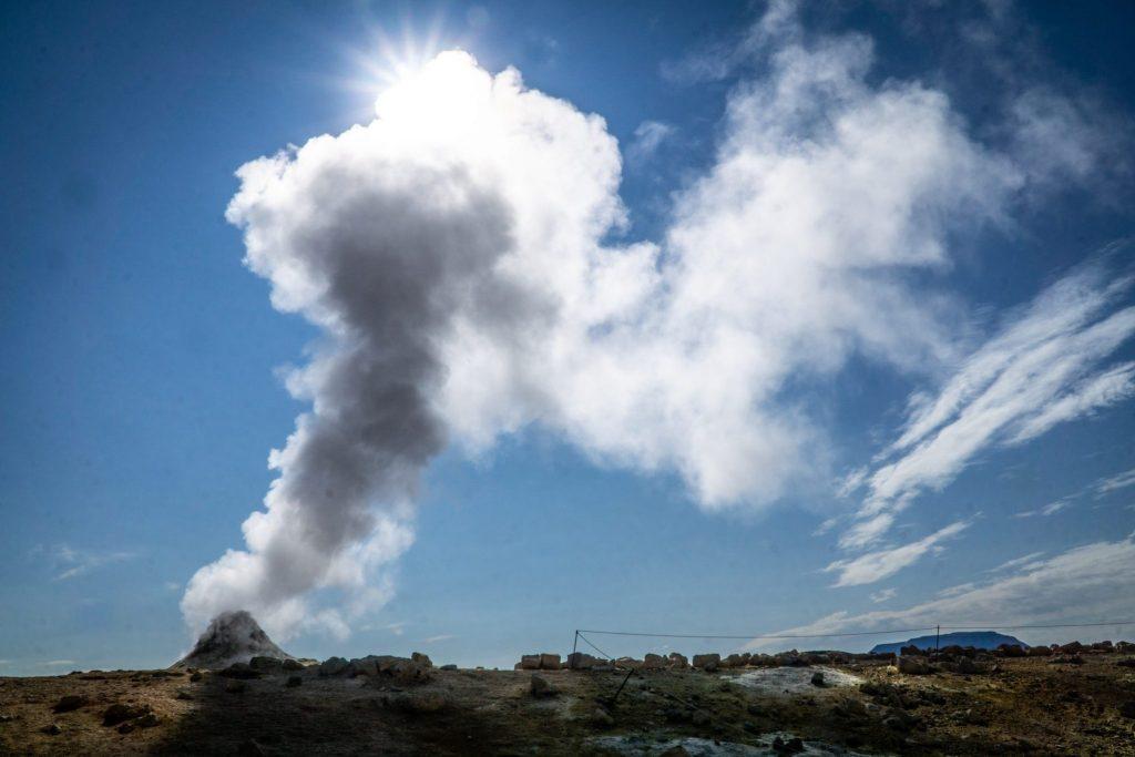 Une colonne de vapeur à Hverir en Islande