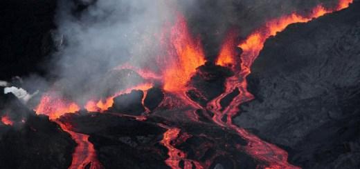 Извержение вулкана в Индийском океане сняли с высоты птичьего полета