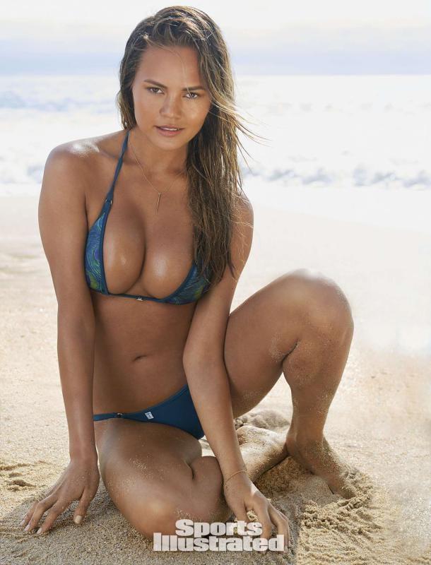 Крисси Тейген (Chrissy Teigen) в купальнике