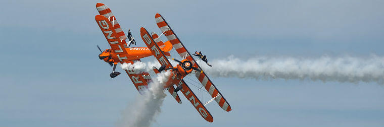 wingwalker-over-the-crowd-2