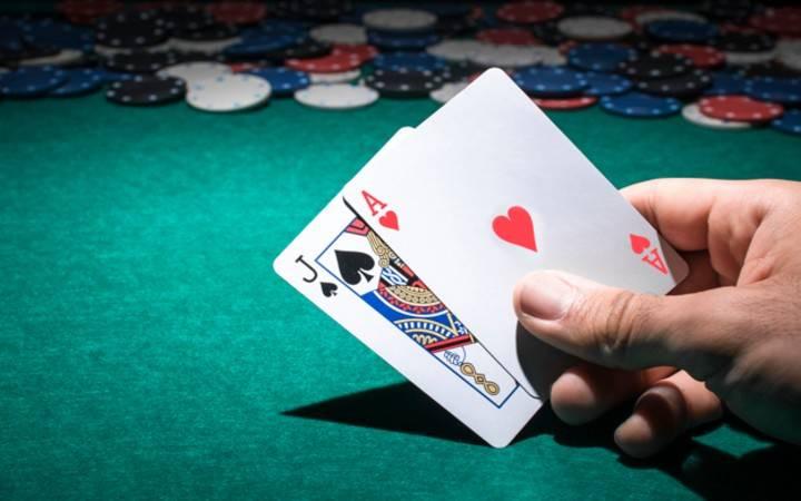 Ova slika ima prazan alt atribut; ime njene datoteke je person-s-hand-holding-poker-card-casino_23-2147881370.jpg