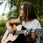 eb33b1092cf6073ed1584d05fb1d4390e277e2c818b4124296f8c77caeec 640 - How To Hold A Guitar