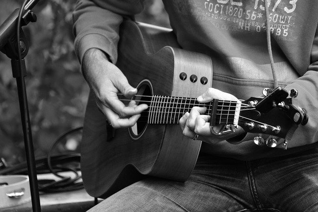 52e5d0444c50b108f5d08460962d317f153fc3e45656744871267edc93 640 1 - Guitar Playing Is Easy If You Learn A Few Things First