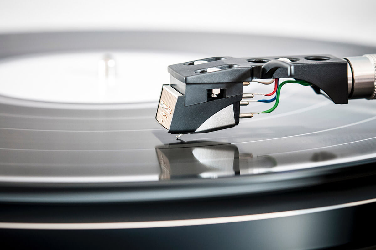 Read more about the article Is Vinil Back? Lossless Sound In Retro Perspective