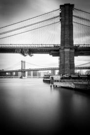 Manhattan Bridge. Im Vordergrund ist die Brooklyn Bridge.