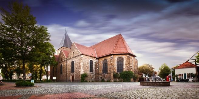 Kirchplatz mit Kirche St. Martin