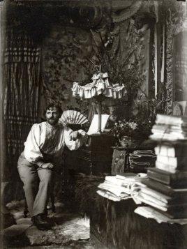 Autorretrato de Mucha en su estudio de París, de 1892. Onlyartravel