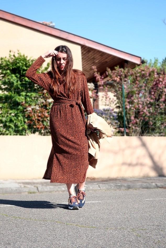 robe léopard et baskets