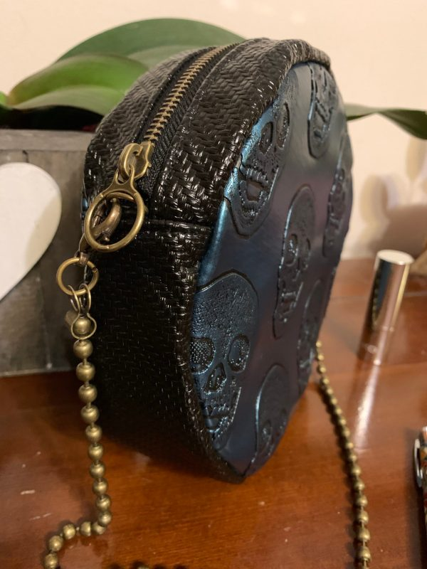 Vue du tour du sac : simili cuir noir tressé