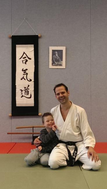Leraar Dennis Vorster met zijn zoontje in de Dojo