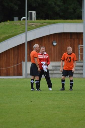 Johan Cruijff met zijn team op bezoek bij Only Friends