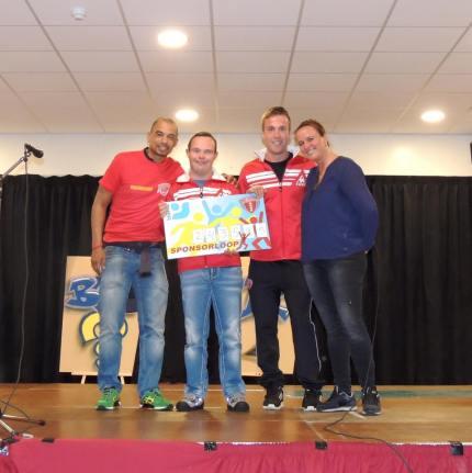 Myron Gebbink en Mark Bak van Only Friends nemen cheque in ontvangst