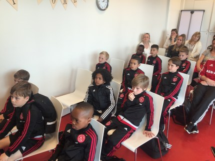 Jongens F1 Ajax luisteren ademloos naar presentatie en filmpjes
