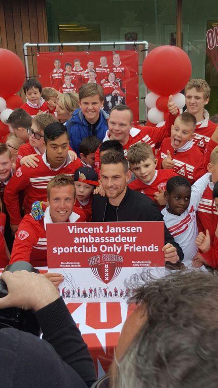 Myron Gebbink en Vincent Janssen tonen getekend contract onder toeziend oog van vele kinderen