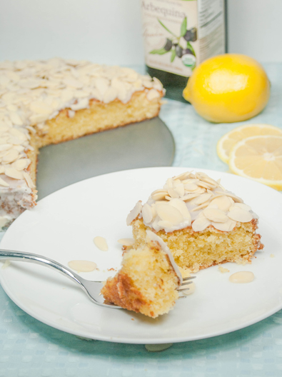 Torta di Mandorle e Limone {Lemon Almond Olive Oil Cake}. It tastes like biscotti! Visit OnlyTasteMatters.com for the full #recipe. #dessert #baking #glutenfree