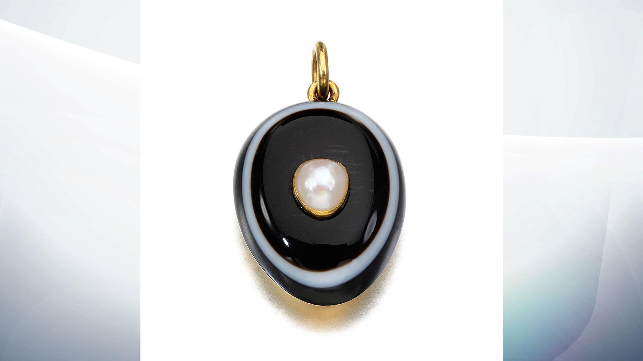 Драгоценности королевы Виктории впервые выставят на аукцион This agate and pearl pendant is estimated to fetch 1000 to 1500