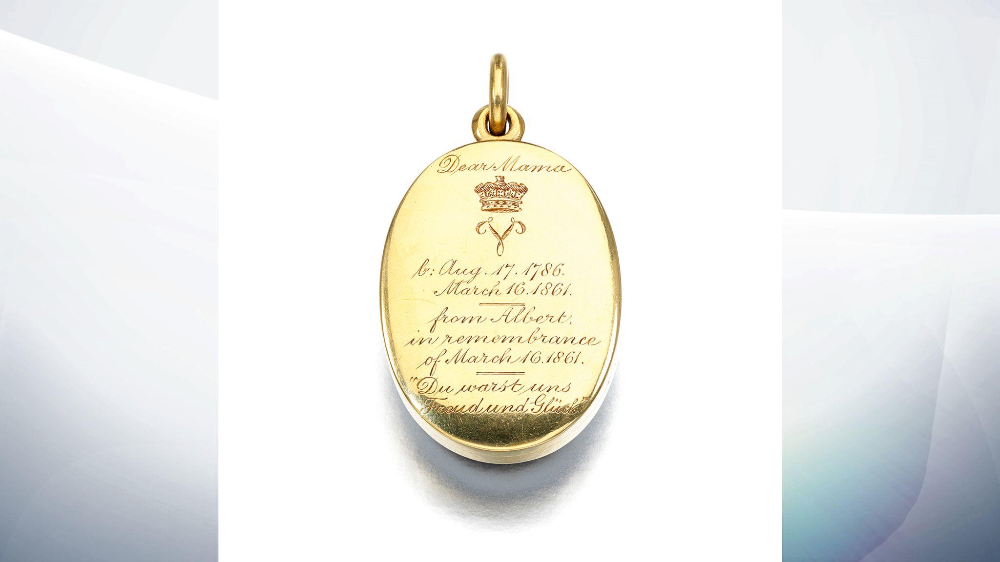 Драгоценности королевы Виктории впервые выставят на аукцион and it includes an inscription from Albert