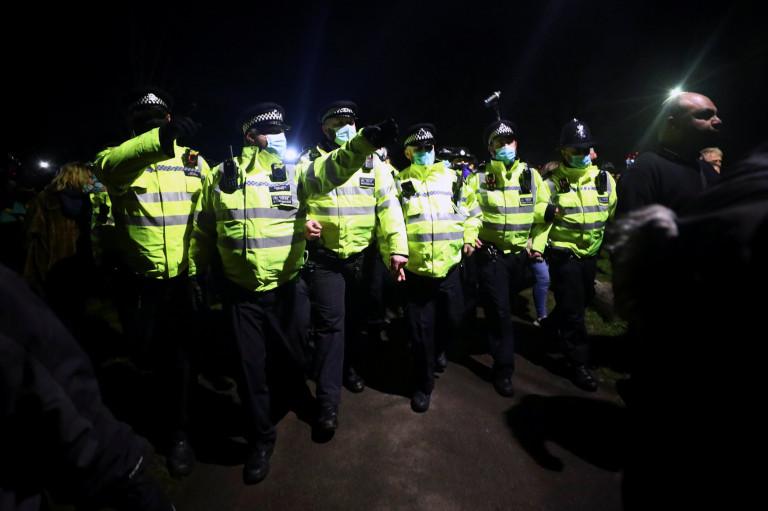 Великобритании вспыхнули столкновения между полицией и людьми PRI 186381920