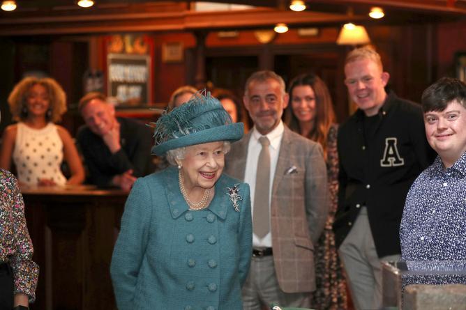 Елизавета II побывала на съемках сериала «Улица коронации» Queen visits Coronation Street soapie set