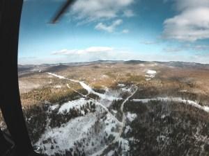 Nature enneigé au Québec vu d'hélicoptère