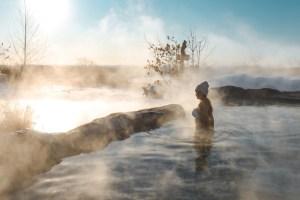 Soleil du matin au Nordik Spa-Nature à Chelsea au Québec en hiver
