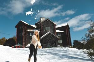 Bataille de boule de neige devant le château de Montebello sous la neige en hiver