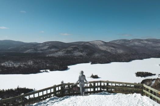 Vue sur le Lac Monroe l'hiver, dans le parc national du Mont Tremblant