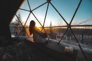 Coucher de soleil à l'intérieur du dôme Bel Air au Québec en hiver
