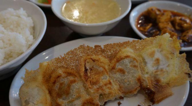 新橋「一味玲玲・1号店」17種類の餃子を売りにする中華料理屋。夜は楽しそう。