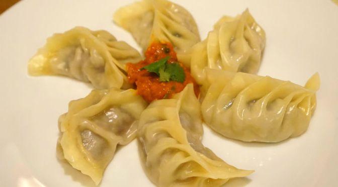 町田「ソルティーモード」ダルバート、ネパール餃子のモモ、ネパール天ぷらパコラ、どれも秀逸の味わい。