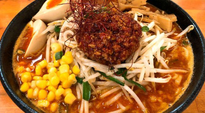 東池袋「らあ麺燕返し」迫力のデコレーション、辛味噌ラーメンを食す。